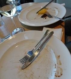Kdy spravne v restauraci odnest hostovi jidlo
