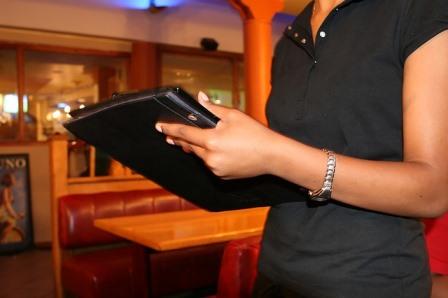 Šperky a hodinky u servírek a číšníků v restauraci