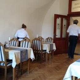 Uniformy pro servírky a číšníky