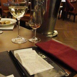 účet v restauraci - placení do desek